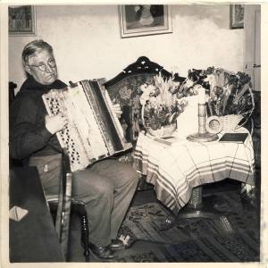 Farfar Knut med dragspel fixad
